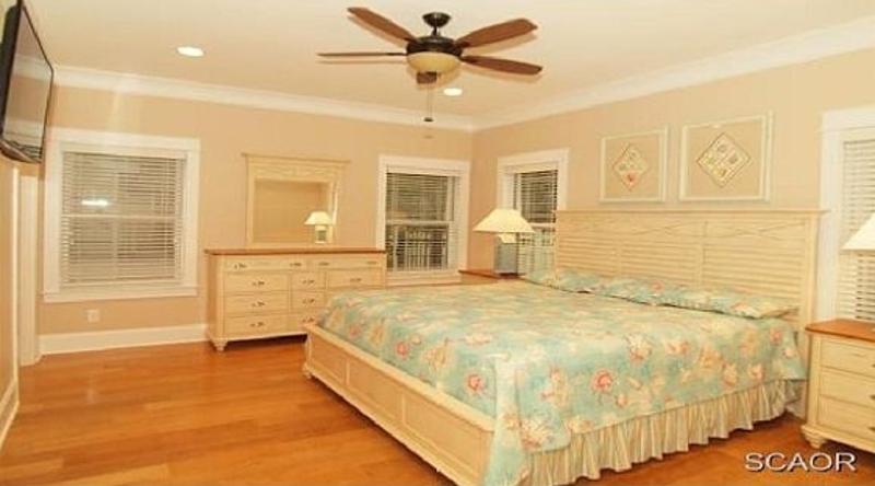 http://www.tghrentals.com/pics/Master Bedroom similar property