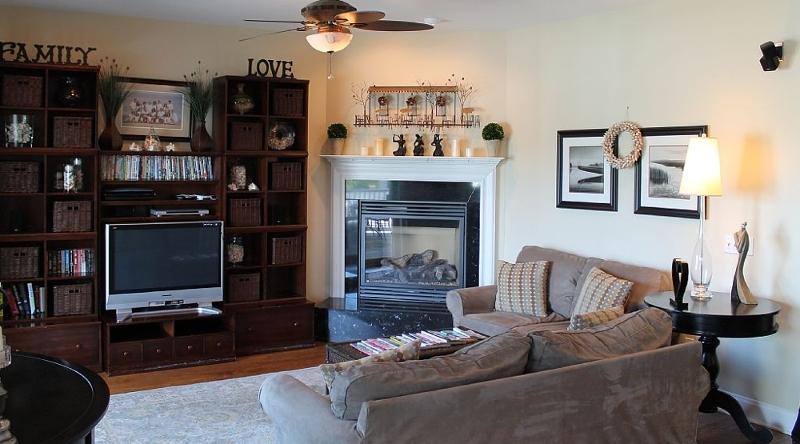 http://www.tghrentals.com/pics/Living Room 3rd Floor
