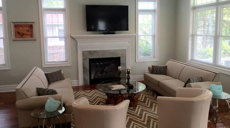 http://www.tghrentals.com/pics/Front Living room