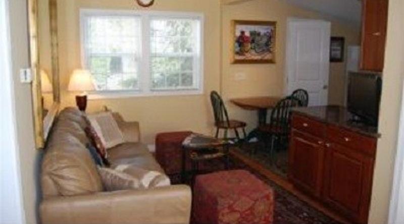 http://www.tghrentals.com/pics/Living Area