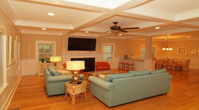 http://www.tghrentals.com/pics/Living Room similar property